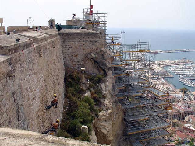 Trabajos verticales urbanos en el monte benacantil de - Trabajos verticales en alicante ...